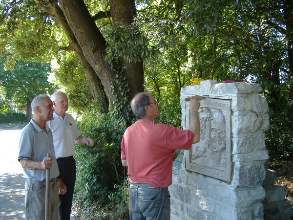 Pete Lloyd puts the finishing touches to the sculpture, watched by sculptor Glyn Roberts (l) & David Burdett